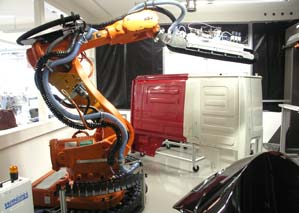 The 6-axis robot with the industrial linear brush from Wandres